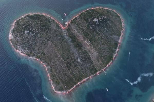 Srce Vatreno : Fotografija srcolikog otoka Galešnjaka okruženog bakljama kao znak podrške hrvatskoj nogometnoj reprezentaciji